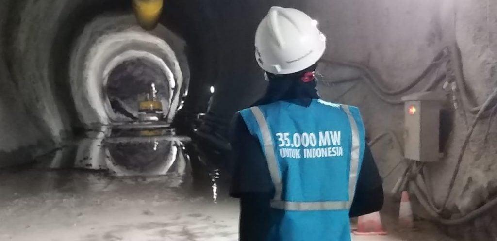 Foto petugas PLN bekerja di PLTA Asahan