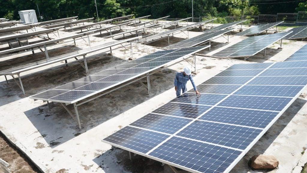 Foto petugas PLN memeriksa kualitas panel surya