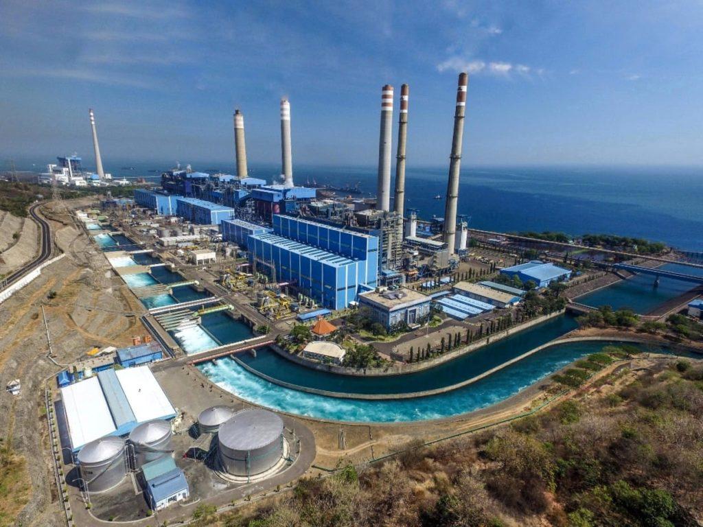 """Smartpower Media Jakarta - PT Pembangkitan Jawa Bali (PJB) mencatat penyaluran daya listrik selama Idulfitri 2020 mencapai 54.492 Megawat hour (MWh) atau meningkat 27 persen dibandingkan dengan penyaluran pada periode yang sama tahun sebelumnya. Tahun lalu, penyaluran daya listrik saat momentum Idulfitri 2019 sebesar 43.015 MWh. Direktur Utama (Dirut) PT PJB Iwan Agung Firstantara mengatakan kenaikan penyaluran daya listrik selama Idulfitri 2020 ditunjang oleh tingginya kebutuhan listrik di sejumlah sektor industri termasuk usaha kecil dan menengah (UKM). Tak hanya itu, kebutuhan listrik pelanggan rumah tangga di saat pelaksanaan program Pembatasan Sosial Berskala Besar (PSBB) juga turut menyumbang terhadap kenaikan angka penyaluran daya listrik selama Mei lalu. Menurutnya, pandemi virus corona memberikan tantangan tersendiri bagi perusahaan pembangkit karena harus mendukung beberapa industri masih terus berjalan, seperti listrik untuk usaha kecil dan perumahan yang terus meningkat. """"Hal ini pula yang membuat pembangkit listrik milik PT Pembangkitan Jawa-Bali (PJB) yang berada di wilayah sekitar Jakarta tetap beroperasi secara maksimal terutama pada saat Idul Fitri di bulan Mei lalu,"""" kata Iwan Agung dalam keterangan tertulis, Kamis (11/6/2020). Dengan peningkatan penyaluran daya listrik, Iwan menjelaskan, angka kualitas udara di Jakarta justru mengalami perbaikan. Hal ini ditandai melalui kadar Emisi dan konsentrasi PM10, PM2,5, CO, NO2, SO2 dan O3 selama momentum Idulfitri 2020. Dalam catatan PT PJB, kadar untuk PM2,5 diketahui menurun 28 persen, partikulat (PM10) mengalami penurunan hingga 23 persen, dan CO mencapai 8 persen. Sementara untuk kadar nitrogen dioksida (NO2) diketahui menurun hingga 13 persen, belerang dioksida (SO2) turun 4 persen dan ozon (O3) mencapai 41 persen. Melihat hal ini, pihaknya berkomitmen untuk terus memasok daya listrik dengan memperhatikan aspek kelestarian alam. Adapun untuk pembangkit-pembangkit PT PJB yang beroperasi di sekitar Jak"""