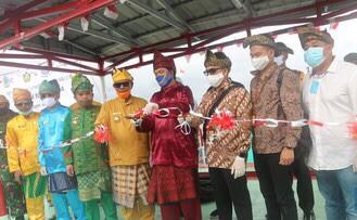 "Smartpower Media Jakarta - Perdana di tahun 2020, Badan Pengatur Hilir Minyak dan Gas Bumi (BPH Migas) resmikan BBM 1 Harga SPBU Kompak di Kecamatan Pulau Maya Kabupaten Kayong Utara, Kalimantan Barat (Kalbar), Rabu, (17/06/2020). Kepala BPH Migas M. Fanshurullah Asa mengatakan untuk Kalbar ditargetkan tahun ini minimal terbangun di 11 lokasi. ""BPH Migas hari ini hadir, meresmikan BBM satu harga ini yang pertama di 2020 sejak Januari. Dan sekarang new normal BPH turun langsung,"" ungkapnya, Rabu, (17/06/2020). Lebih lanjut ia mengatakan tahun ini ditargetkan akan membangun 83 lembaga penyalur BBM 1 Harga. Untuk Kalbar sendiri sampai dengan tahun 2024 akan dibangun sebanyak 26 titik. Setelah pulau Maya, ia menyebut segera juga akan dibangun di Pulau Karimata. ""Betapa komitmen untuk Kalbar ini mendapat porsi banyak. Satu lagi di Pulau Karimata cepat tahun ini bisa kita resmikan. Ini wujud komitmen kuat wujudkan keadilan harga,"" jelasnya. Lebih lanjut ia mengatakan selama ini masyarakat Pulau Maya membeli premium dan solar dari pengecer dengan harga hampir Rp 10.000. Dengan harga yang terjangkau diharapkan akan menggerakan perekonomian nelayan. ""BBM satu barga ini bukanlah isu politik, tapi komitmen kita untuk keadilan sosial di bidang energi,"" tegasnya. Salah satu warga Awaluddin (52) dari Desa Kambojang, Pulau Maya mengaku bersyukur program BBM 1 Harga ini berjalan baik. Ia bercerita biasanya dalam satu hari mengkonsumsi bahan bakar 5 liter, dengan pendapatan kotor Rp 200.000. ""Biasanya beli ke tengkulak Rp 10.000 dengan harga di bawah Rp 10.000 lumayan ya. Alhamdulillah mudah-mudahan berjalan lancar,"" paparnya. Sesuai dengan arahan Presiden, Program BBM 1 Harga akan dilanjutkan sampai dengan tahun 2024, ditargetkan terbangun 330 lembaga penyalur BBM 1 Harga. Untuk Tahun 2020 akan dilakukan pembangunan 83 lembaga penyalur BBM 1 Harga. Tersebar di 20 Provinsi, 70 Kabupaten, 83 Kecamatan dengan penugasan kepada Pertamina untuk melakukan pembangunan penyalur BBM 1 Harga "