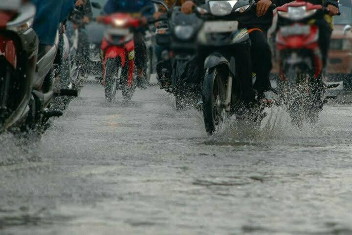 Smartpower media berita realistis - Tips Aman Memakai Motor Di Musim Hujan